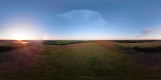 Globo del aire caliente VR360 en el cielo sobre un campo almacen de video