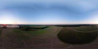Globo del aire caliente VR360 en el cielo sobre un campo almacen de metraje de vídeo