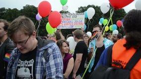 Globo del desfile gay de la muchedumbre metrajes