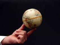 Globo del mondo della holding dell'uomo a colori Fotografia Stock