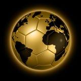 Globo del mondo della sfera di gioco del calcio di calcio dell'oro Immagini Stock Libere da Diritti