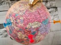 Globo del mundo con el perno colorido Copie el espacio Ideas y uso del concepto imagen de archivo