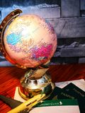 Globo del mundo con el perno colorido Copie el espacio Ideas y uso del concepto foto de archivo