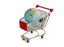 Globo del mundo en carretilla de las compras Fotos de archivo