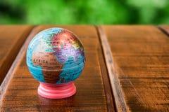 Globo del mundo que se coloca en un escritorio Foto de archivo libre de regalías