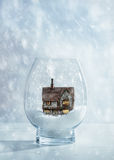 Globo della neve con il cottage del paese Fotografia Stock