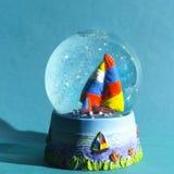 Globo della neve con la nave di navigazione Fotografie Stock Libere da Diritti