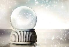 Globo della neve con le stelle d'argento Fotografie Stock Libere da Diritti