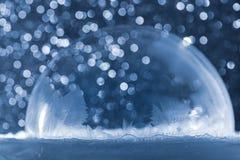 Globo della neve di Natale con i fiocchi di neve Fotografie Stock