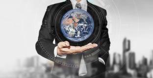 Globo della tenuta dell'uomo d'affari a disposizione Affare internazionale, concetto di prenotazione dell'ambiente Gli elementi d immagine stock