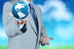 globo della terra 3d in sua mano Immagine Stock Libera da Diritti