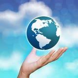 globo della terra 3d in sue mani Immagine Stock Libera da Diritti