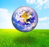 Globo della terra sopra il bello paesaggio Immagini Stock