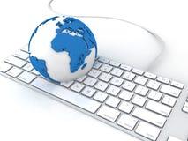 Globo della terra sopra il computer delle tastiere Immagini Stock Libere da Diritti