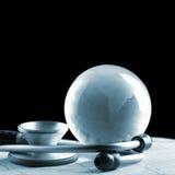 Globo di vetro e stetoscopio isolati su un fondo nero immagini stock libere da diritti