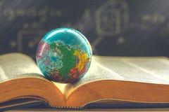 Globo do mundo no livro Conceito da escola da educação imagens de stock royalty free