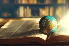 Globo do mundo no livro Conceito da escola da educação fotografia de stock
