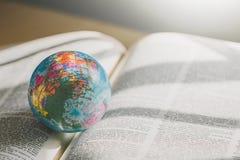 Globo do mundo no livro Conceito da escola da educação fotos de stock