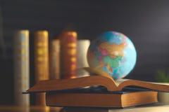 Globo do mundo no livro Conceito da escola da educação imagem de stock royalty free