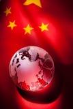 Globo e bandeira de China imagens de stock