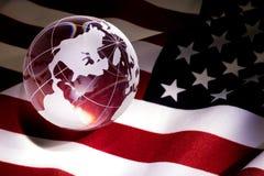 Globo e bandeira dos EUA Fotos de Stock Royalty Free