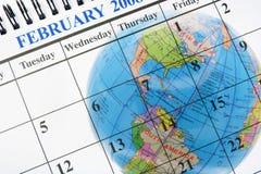 Globo e calendario fotografia stock libera da diritti