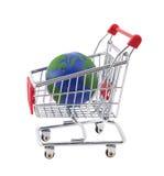 Globo e carrello di acquisto con il percorso di residuo della potatura meccanica Immagine Stock