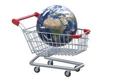 Globo e carrinho de compras da opinião de perspectiva com trajeto de grampeamento Fotografia de Stock