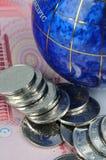 Globo e dinheiro Fotografia de Stock Royalty Free