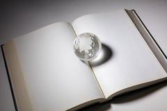 Globo e libro aperto fotografia stock libera da diritti