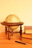 Globo e livros amarelos Imagem de Stock Royalty Free