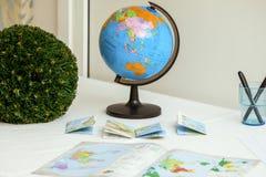 Globo e livros da escola na tabela Fotografia de Stock Royalty Free