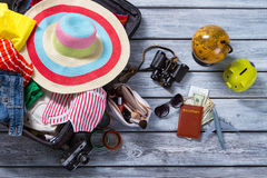 Globo e mala de viagem com roupa fotos de stock royalty free
