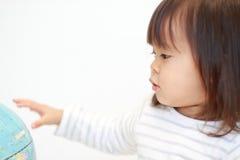 Globo e menina japonesa foto de stock