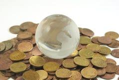 Globo e moedas Fotos de Stock