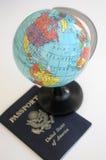 Globo e passaporto americano Fotografie Stock Libere da Diritti