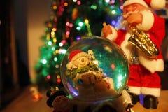 Globo e Santa Claus de vidro Fotografia de Stock