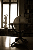 Globo e statua antichi Fotografia Stock