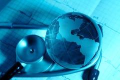 Globo e stetoscopio di vetro su un fondo ECG Immagini Stock Libere da Diritti