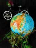 Globo e uma bicicleta conceito do curso Conceito do ambiente fotografia de stock royalty free