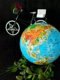 Globo e uma bicicleta conceito do curso Conceito do ambiente fotos de stock