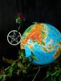 Globo e uma bicicleta conceito do curso Conceito do ambiente imagem de stock