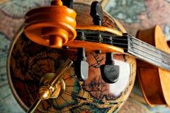 Globo e violino Immagine Stock Libera da Diritti