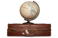 Globo em uma mala de viagem imagens de stock royalty free