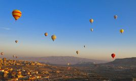 Globo en Cappadocia TURQUÍA - 13 de noviembre de 2014 imagenes de archivo