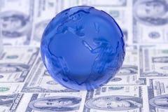 Globo en cuentas de dólar Foto de archivo libre de regalías