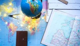 Globo en el fondo del mapa del mundo Imagenes de archivo