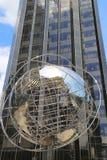 Globo en el frente del hotel internacional y de la torre del triunfo en Columbus Circle en Manhattan Fotos de archivo