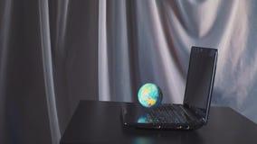 Globo en el ordenador portátil como concepto de Internet Cámara lenta almacen de video