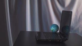 Globo en el ordenador portátil como concepto de Internet Cámara lenta metrajes